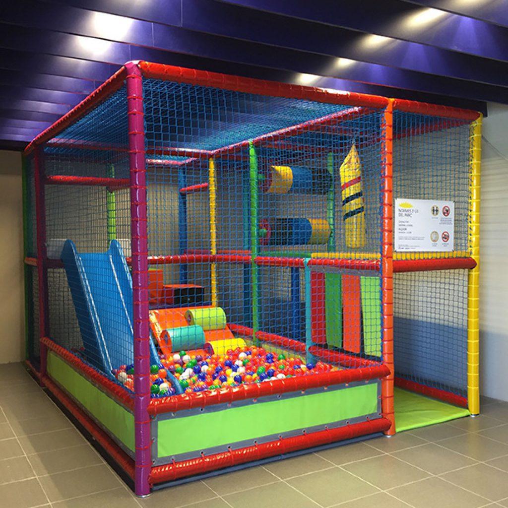 parcs infantils i piscina de boles